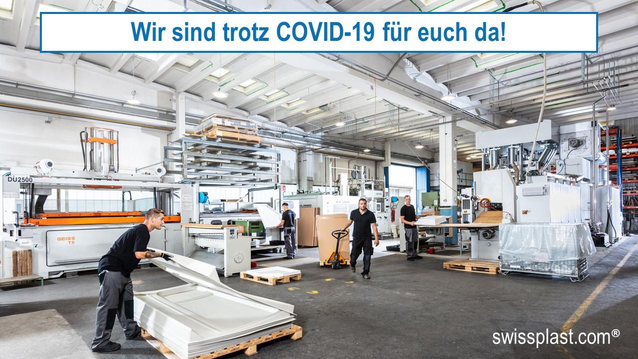 """Mitarbeiter von swissplast bei der Herstellung von Kunststoffprodukten während der Corona Pandemie mit der Überschirft: """"Wir sind trotz COVID-19 für euch da!"""""""