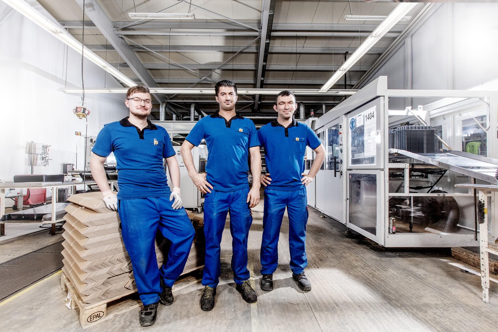 swissplast Mitarbeiterposieren in einer Fabrik