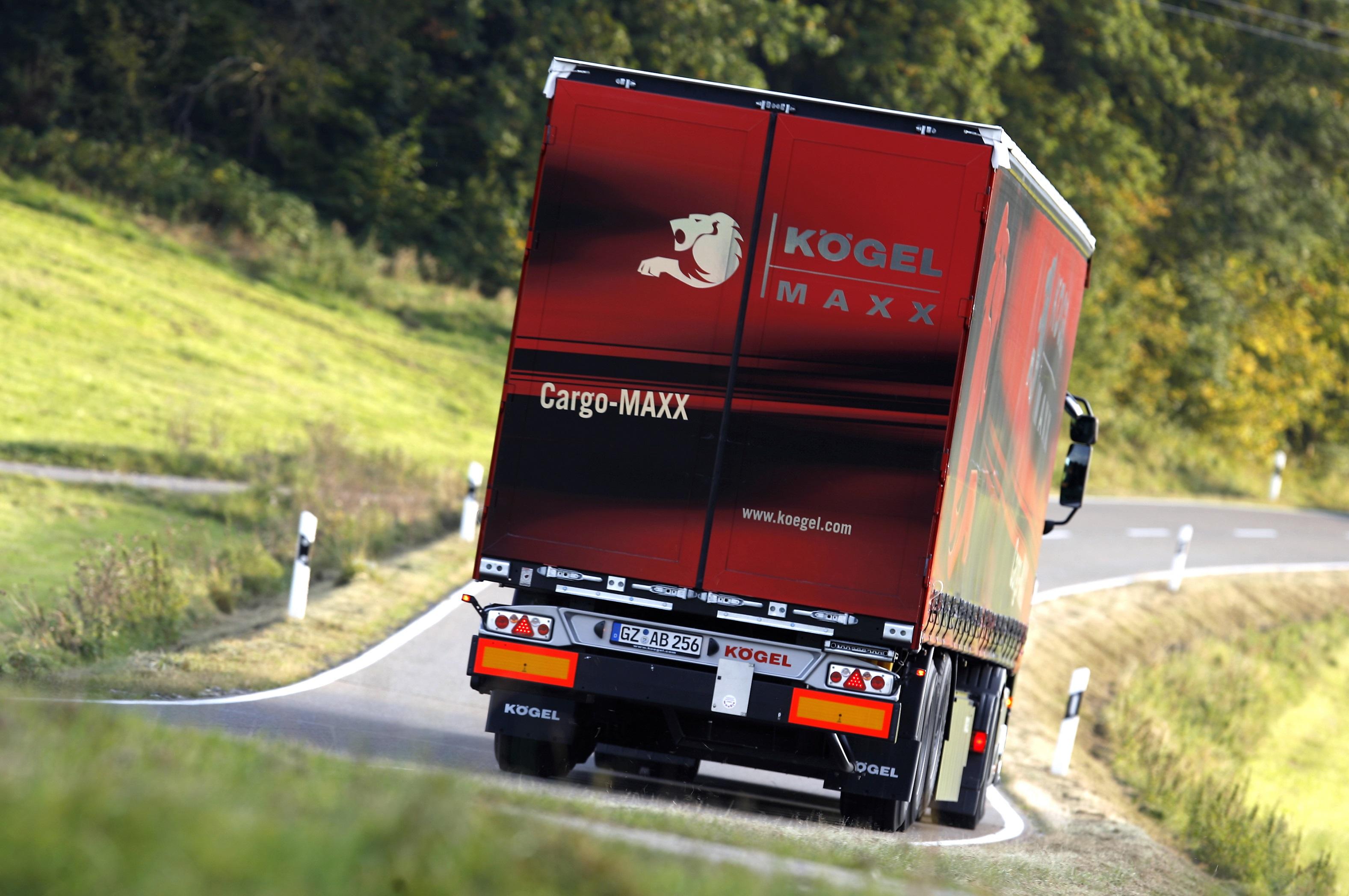roter Cargo Maxx LKW fährt auf einer Landstrasse