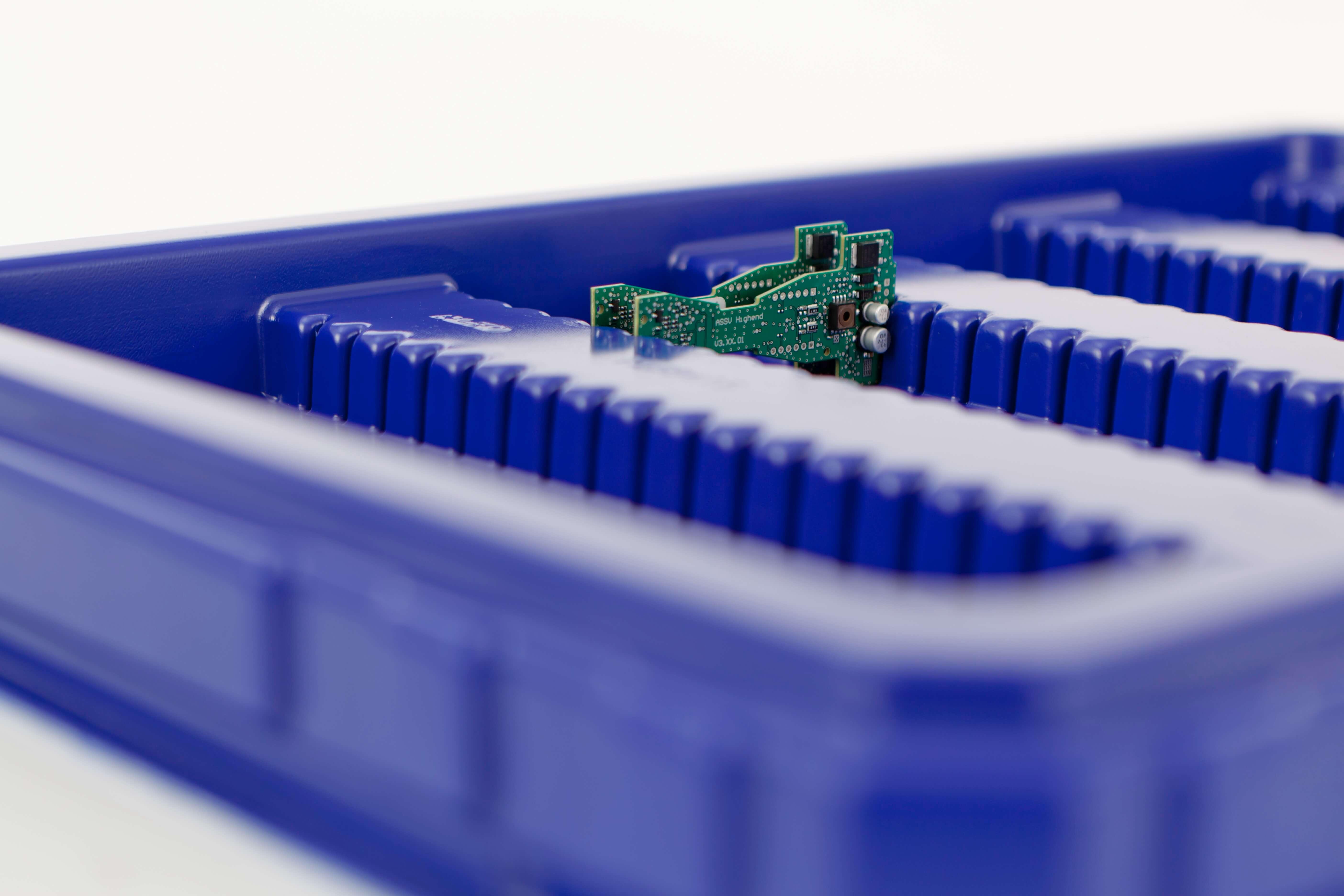 blauer Werkstückträger mit Computerchips