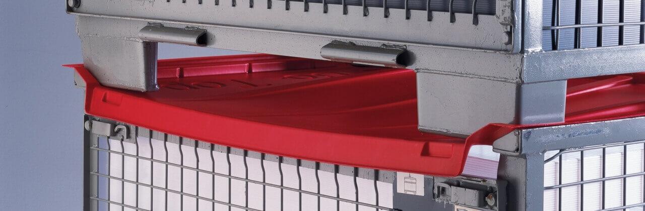 rote Gitterbox-Abdeckung mit weiterer Gitterbox darauf gestapelt