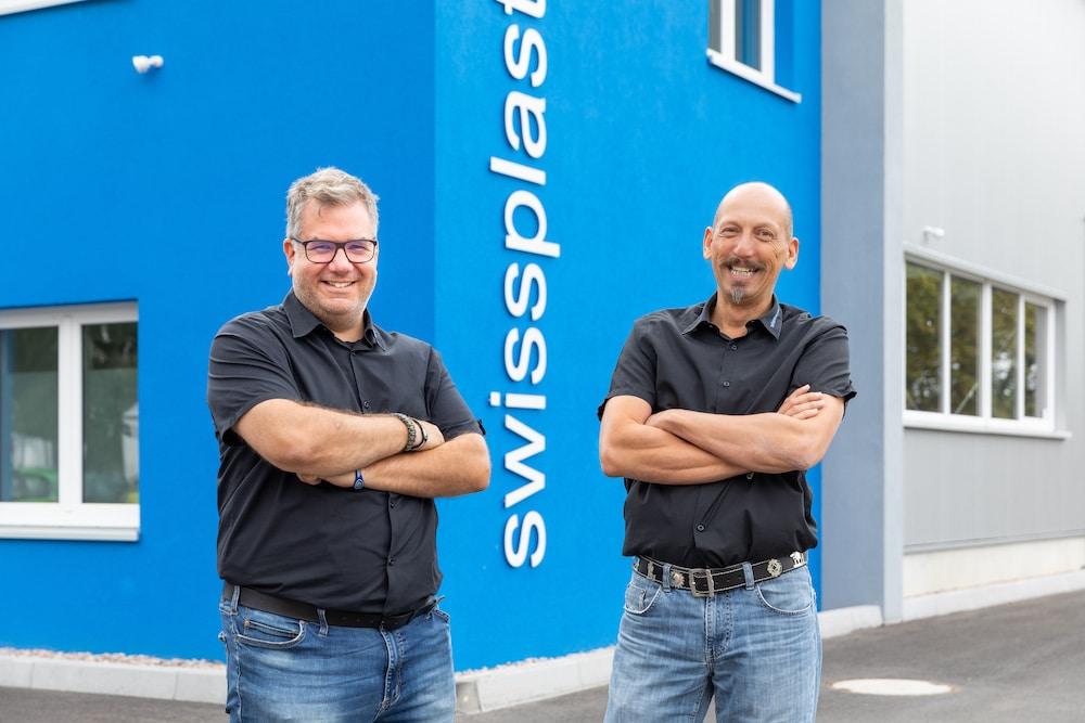 Die Firmenchefs Stephan Zwahlen und Barac Bieri stehen vor dem neuen swissplast Gebäude in Gotha