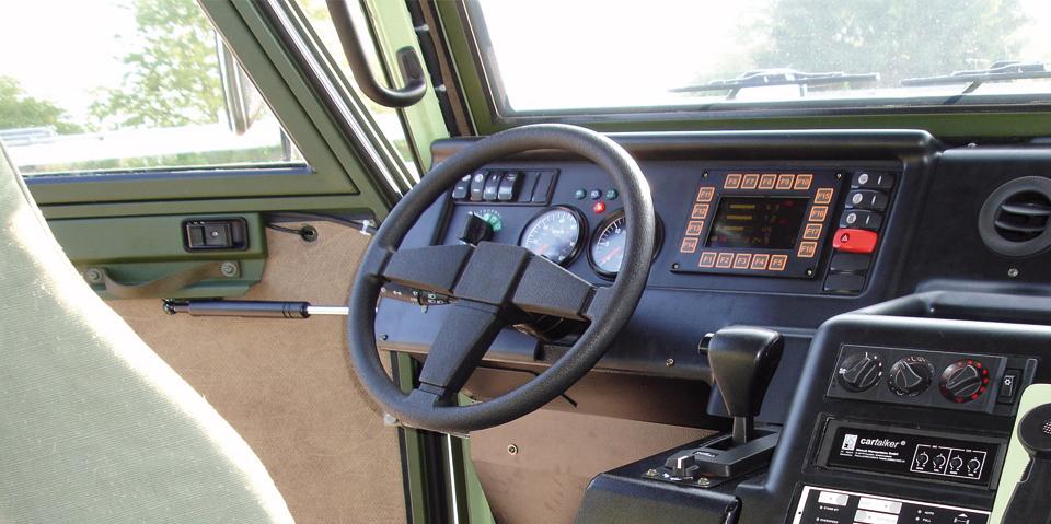 Maßgefertigte Kunststoff-Formteile für das Cockpit einer Baumaschine