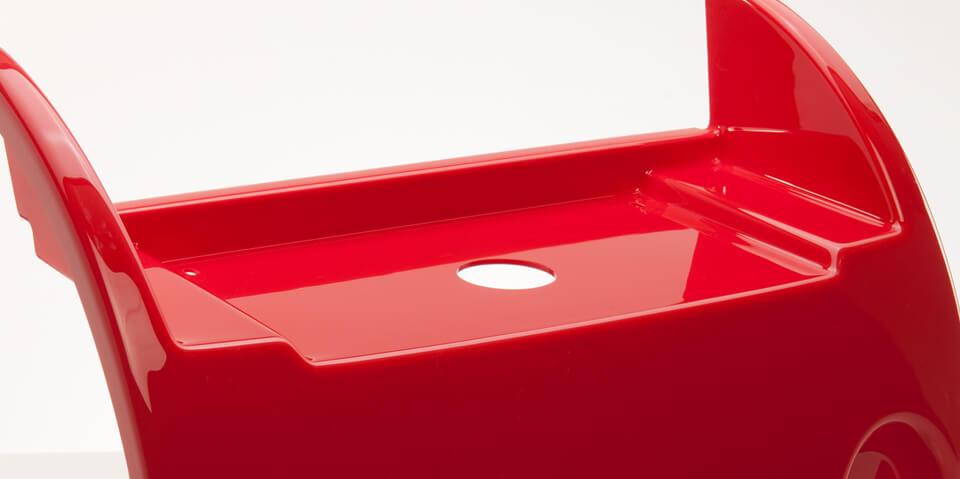 Rotes, tiefgezogenes Kunststoffteil von swissplast