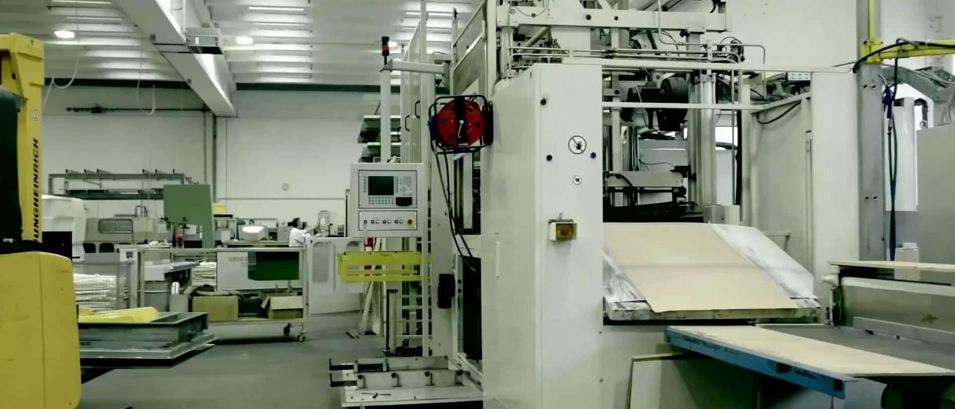 Maschinen stehen innerhalb der swissplast Fabrik