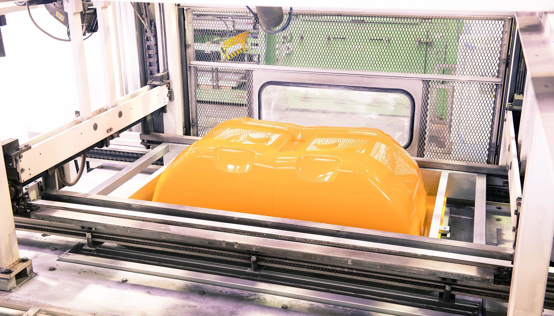 tiefgezogenes Bauteil in orange von swissplast