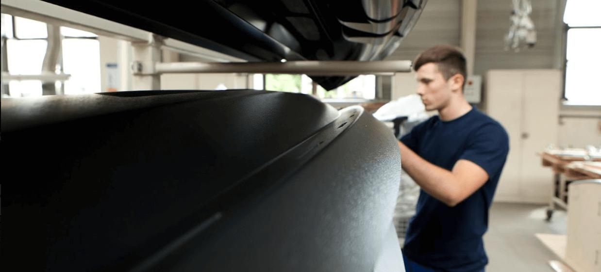 Junger Mann arbeitet mit Kunststoffteilen von swissplast